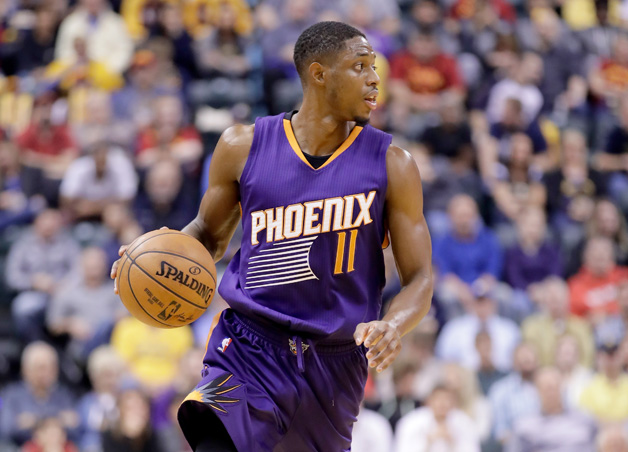 NOVEMBER 18: Brandon Knight #11 of the Phoenix Suns dribbles the ball during the game against the Indiana Pacers at Bankers Life Fieldhouse on November 18, 2016 in Indianapolis, Indiana.
