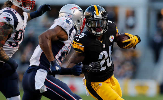 Le'Veon Bell #26 of the Pittsburgh Steelers rushes against the New England Patriots in the first half during the game at Heinz Field on October 23, 2016 in Pittsburgh, Pennsylvania.