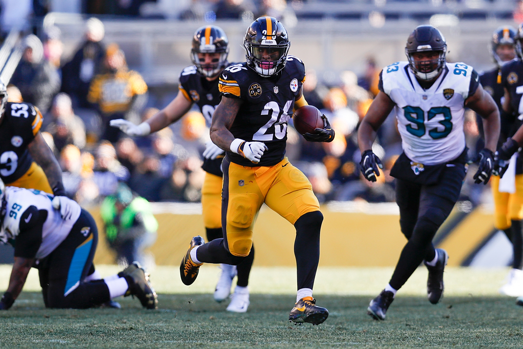 Le'Veon Bell #26 of the Pittsburgh Steelers runs with the ball against the Jacksonville Jaguars during the first half of the AFC Divisional Playoff game at Heinz Field on January 14, 2018 in Pittsburgh, Pennsylvania.
